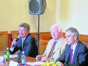 Klaus Sturmfels mit Oberbürgermeister Peter Feldmann und dem stellvertretenden Stadtverordnetenvorsteher Lothar Stapf am 3.9.2013 in Krakau